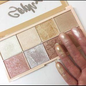 Make up Revolution x Soph X highlighter palette